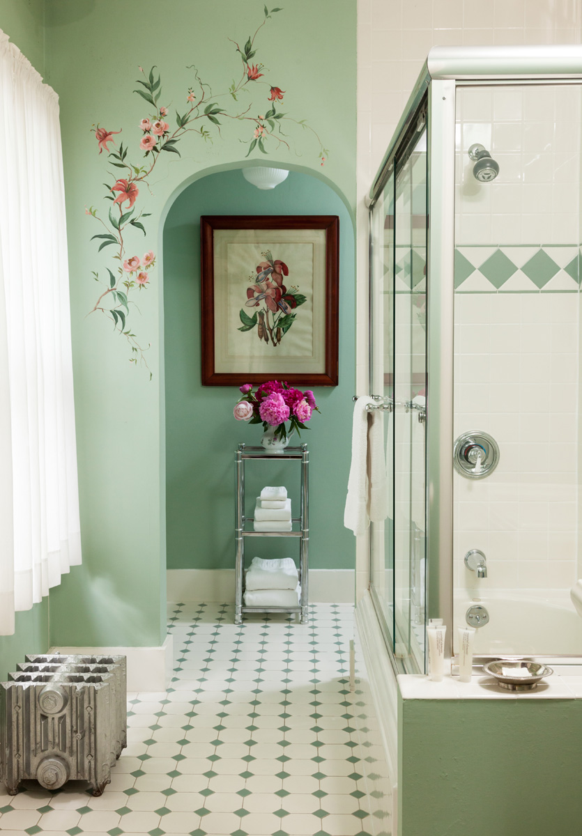 Dana en suite bathroom with shower pop-up